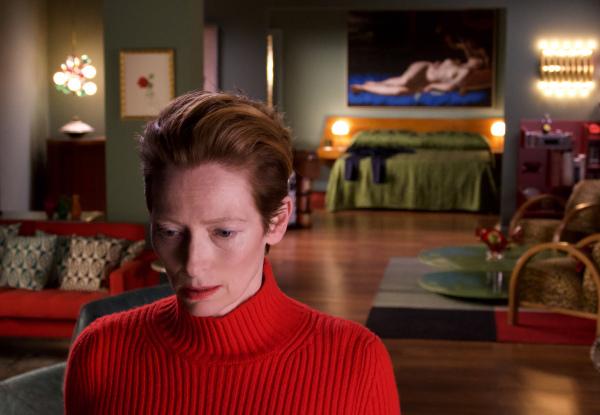 """Tilda Swinton se mueve en un escenario barroco ataviada de Balenciaga, Loewe o Chanel en """"La voz humana""""."""