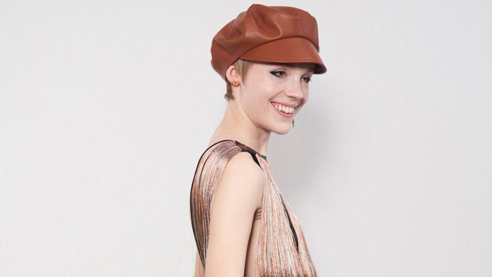 Se lleva el pelo corto con accesorios como las gorras a lo garçon de lo más inspiradoras del desfile de Dior para este otoño.