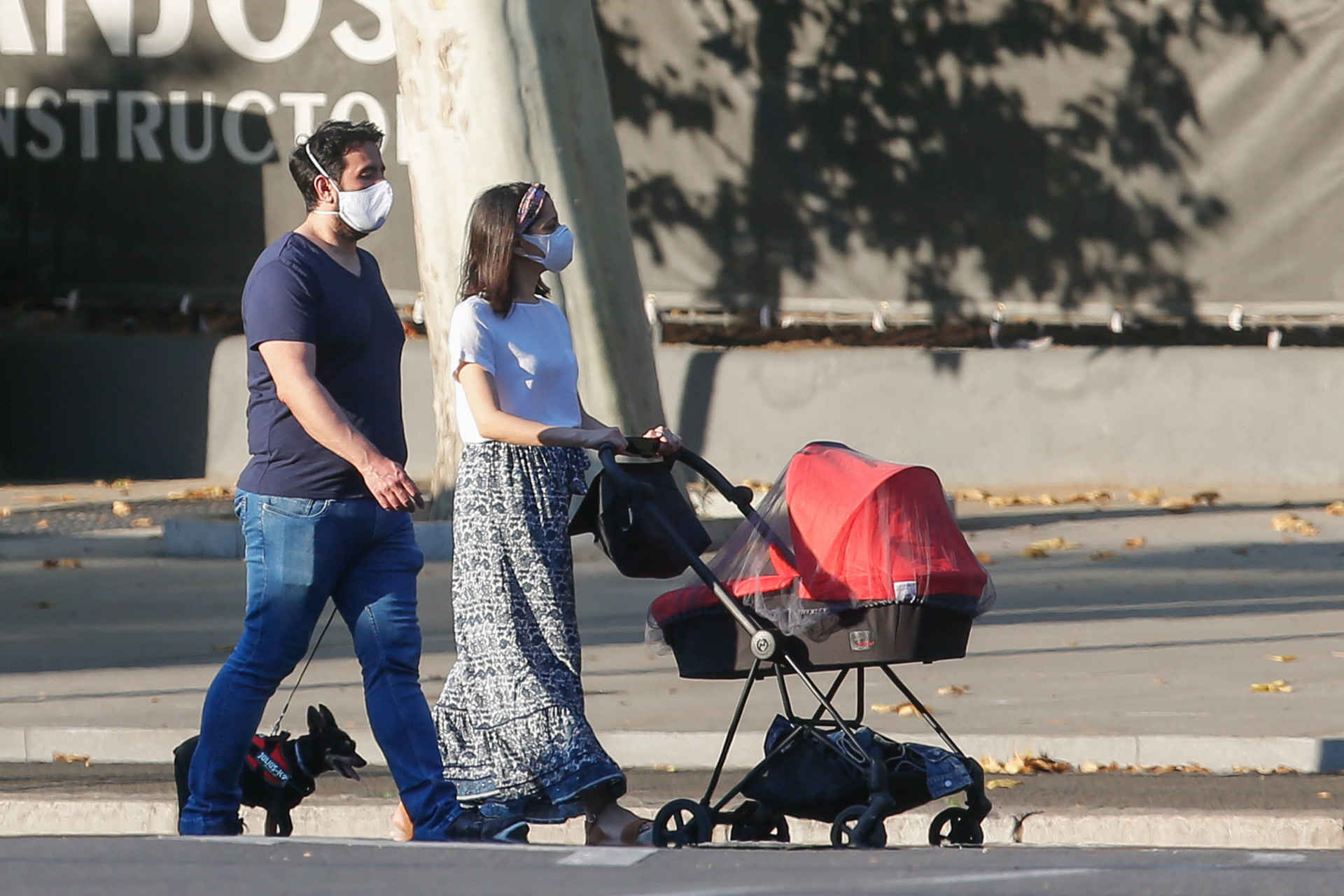 Inés Arrimadas y Xavier Cima paseando por Madrid junto a su hijo Álex.