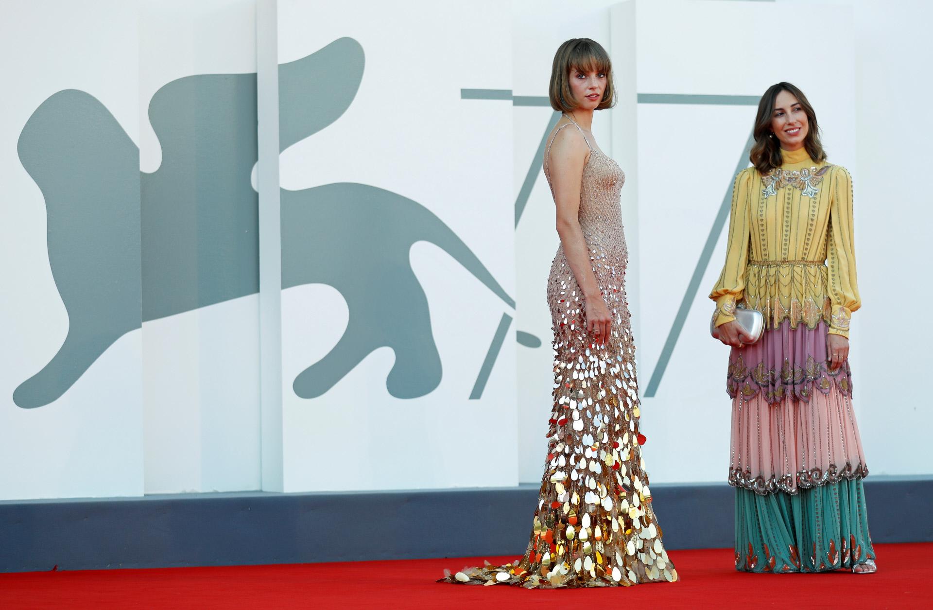 Maya Hawke y Gia Coppola en el Festival de Venecia.