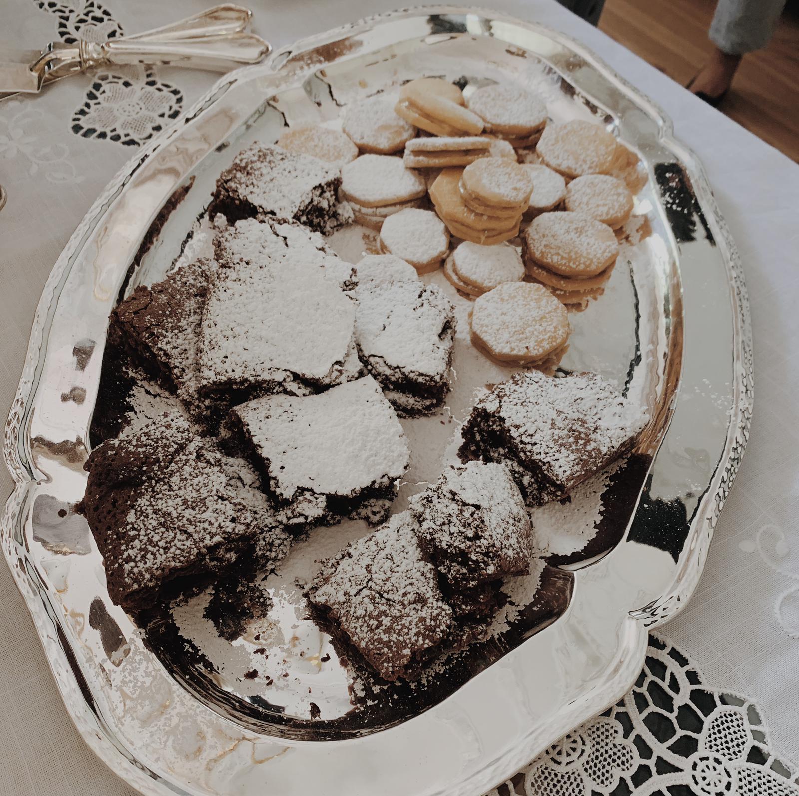 Dos bestsellers de Casa Manjar: los alfajores peruanos y los brownies....