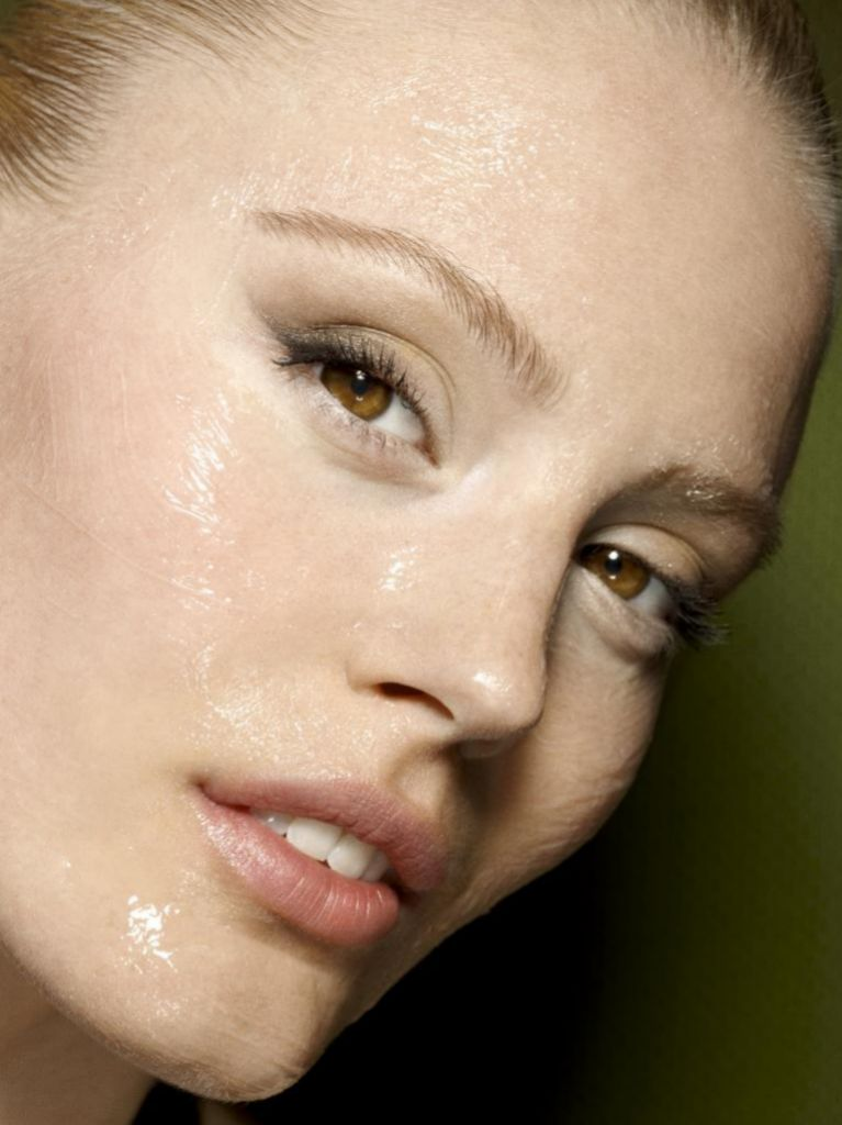 Tras limpiar la piel, el <em>booster</em> es el primer producto que debes aplicar en tu rutina de belleza.