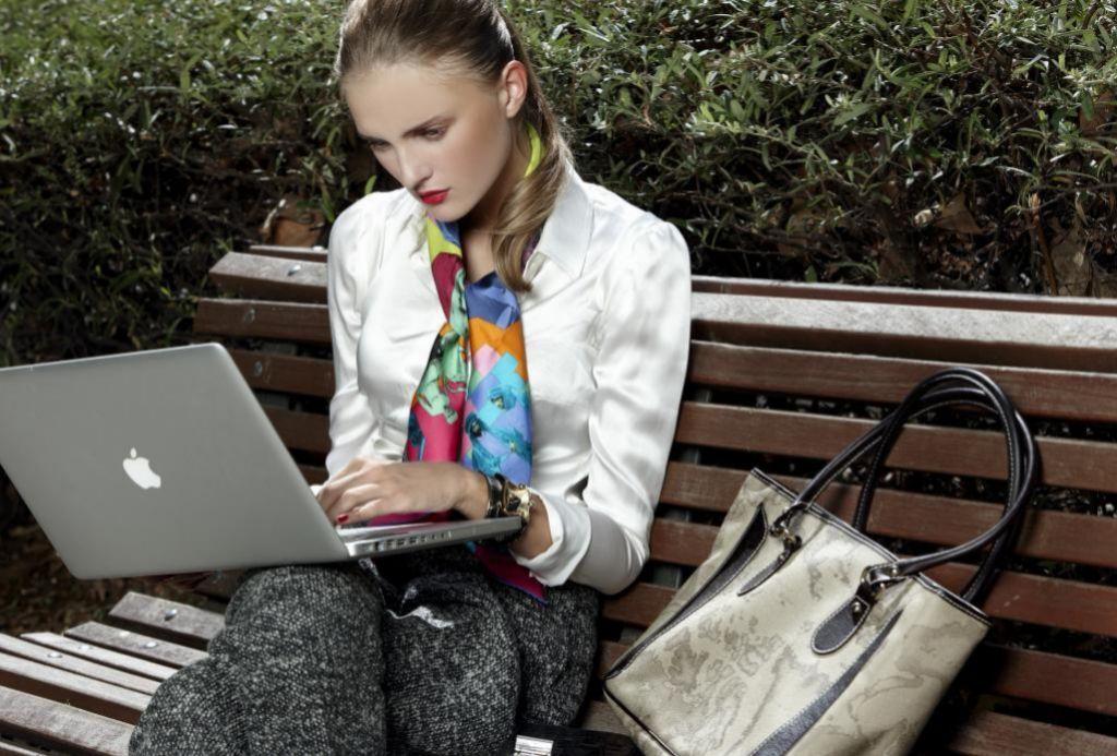 Trabajar muchas horas con el portátil puede ocasionar dolor de cuello.