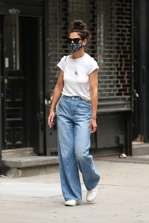 Katie Holmes con jeans wide leg.