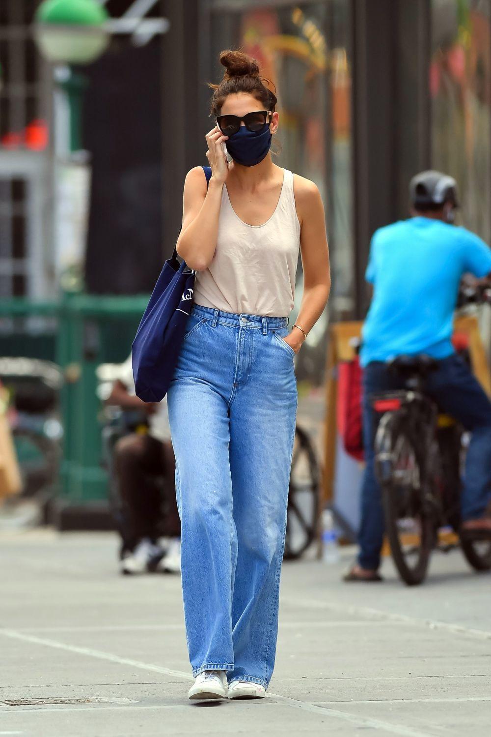 La actriz con pantalón de pernera ancha.