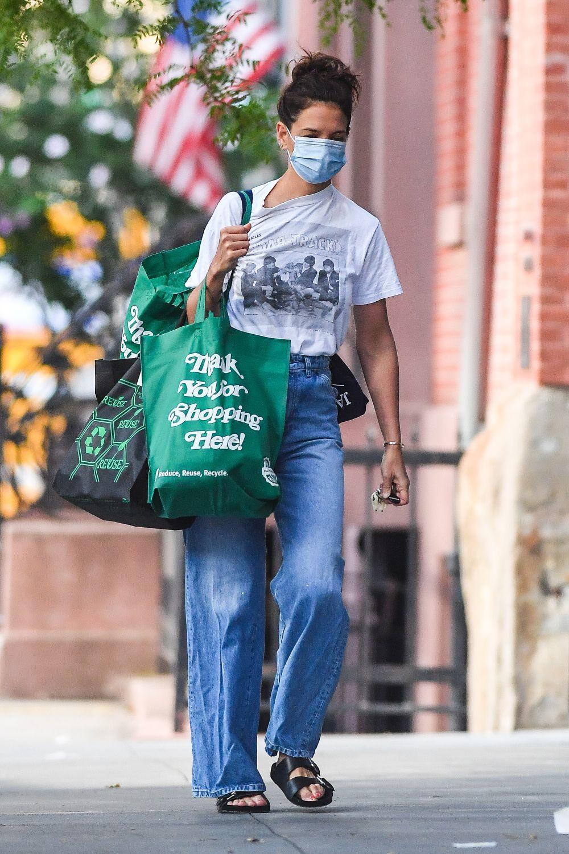 Katie Holmes con jeans de pernera ancha.