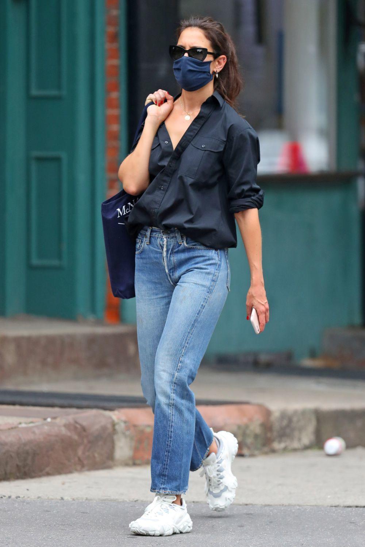 Katie Holmes con jeans rectos.