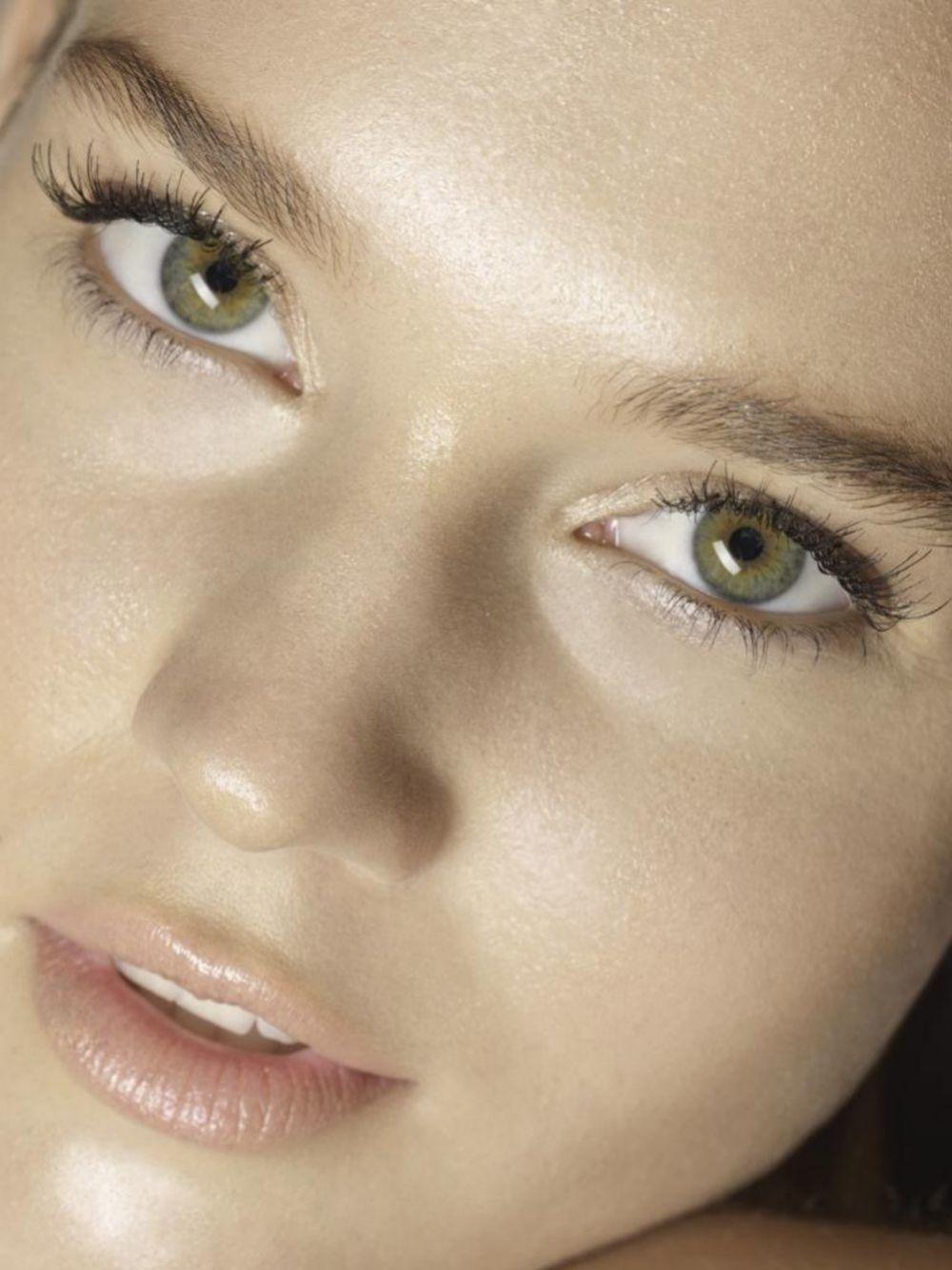 La vitamina C combate las manchas, aclara la piel y le da un aspecto más luminoso.