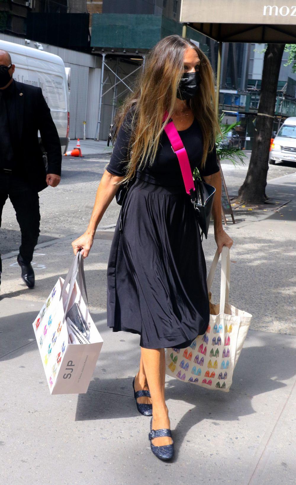 Sarah Jessica Parker llegando a su tienda de zapatos.