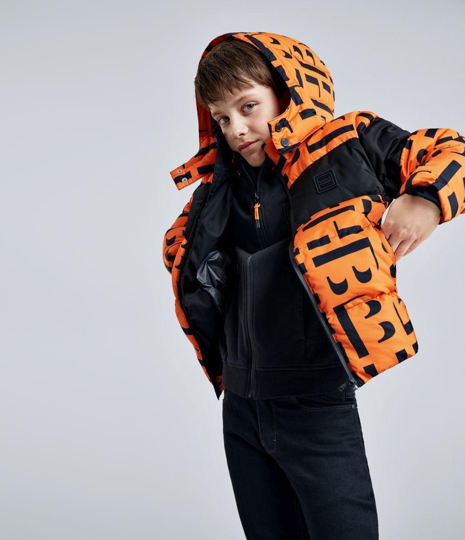 Abrigo ideal para niños, en un bonito color naranja y con el...