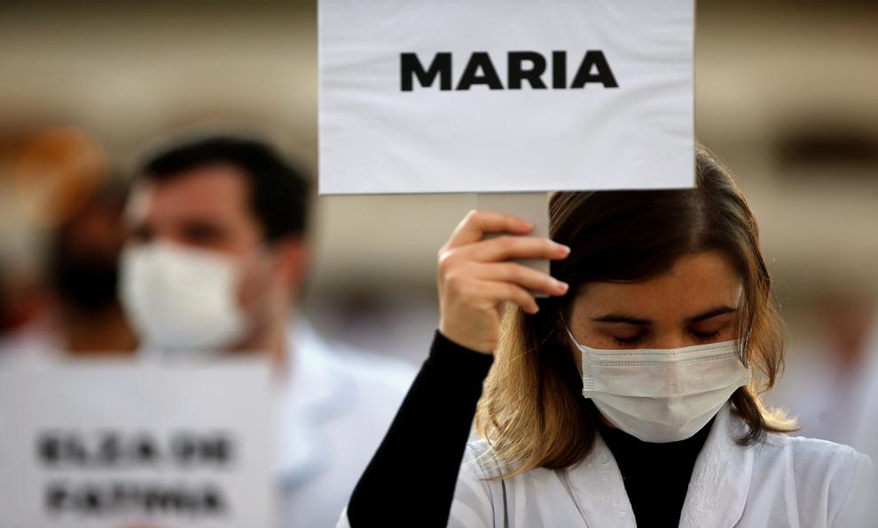 Una sanitaria porta el nombre de una de las víctimas del coronavirus...