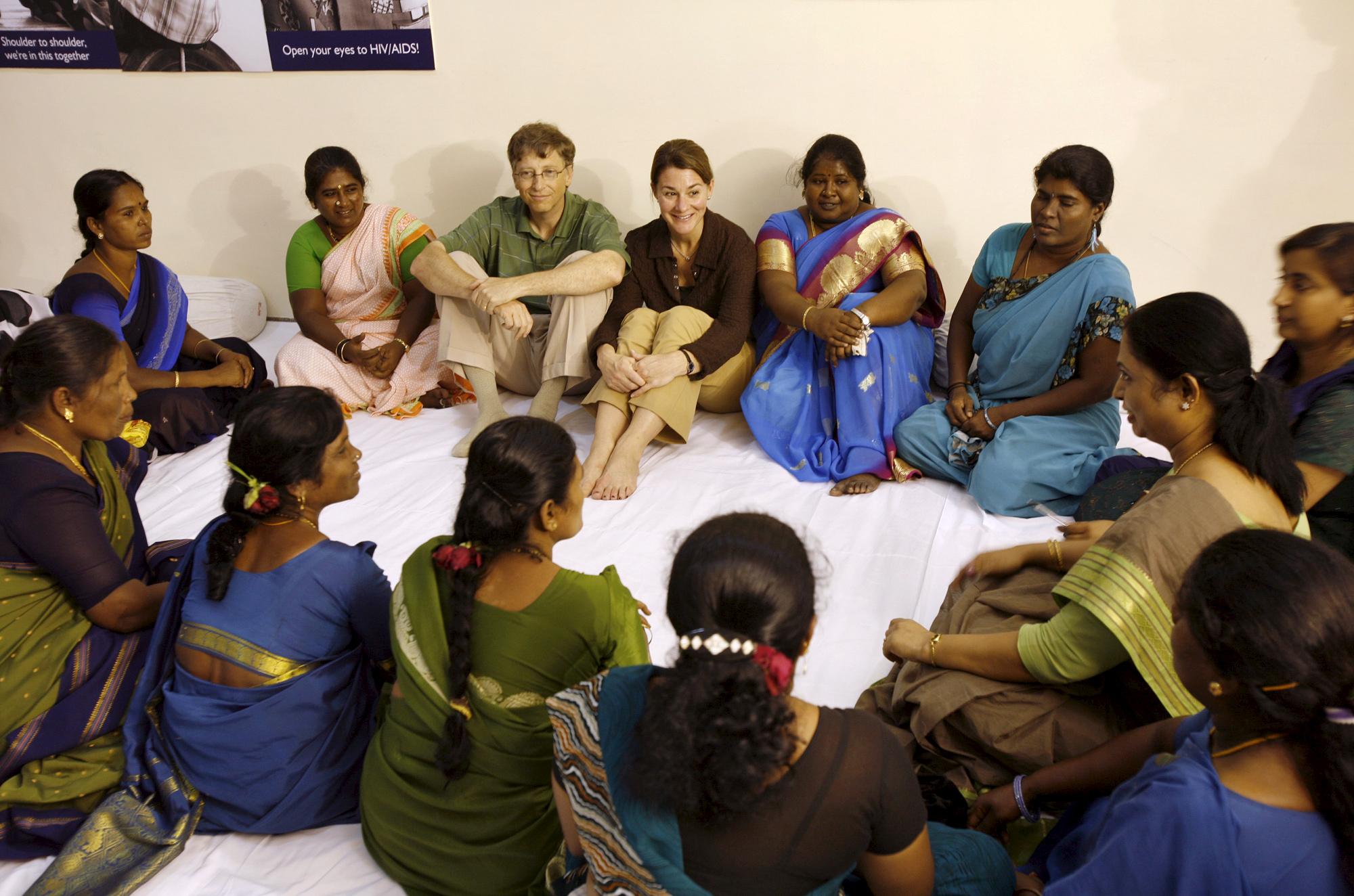 Bill y Melinda Gates con un grupo de mujeres en Madrás, India.