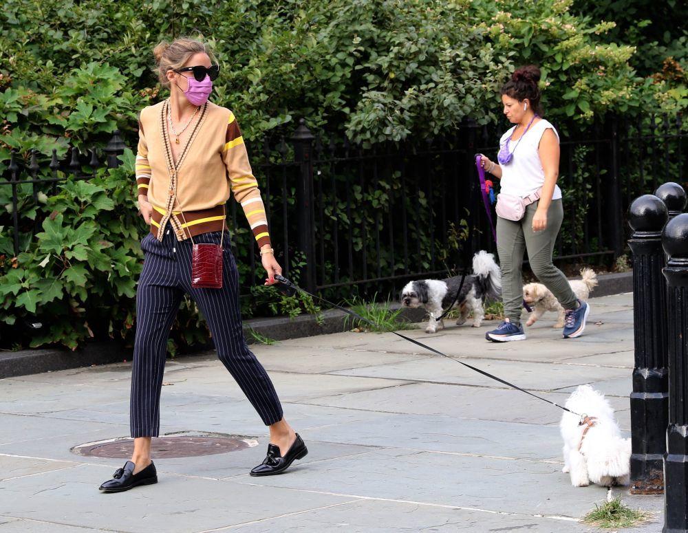 Olivia Palermo paseando a su mascota por Nueva York.