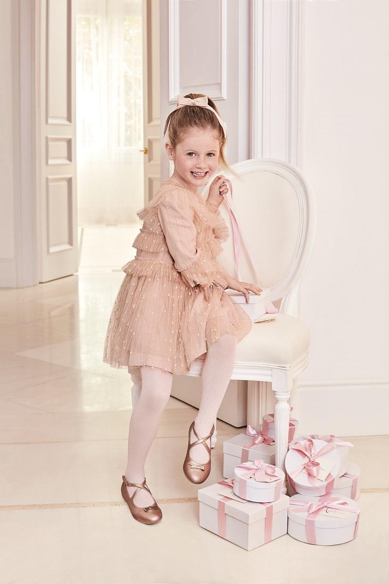 Vestido de tul con rayas lurex en color nude rosado. Perfecto para que...