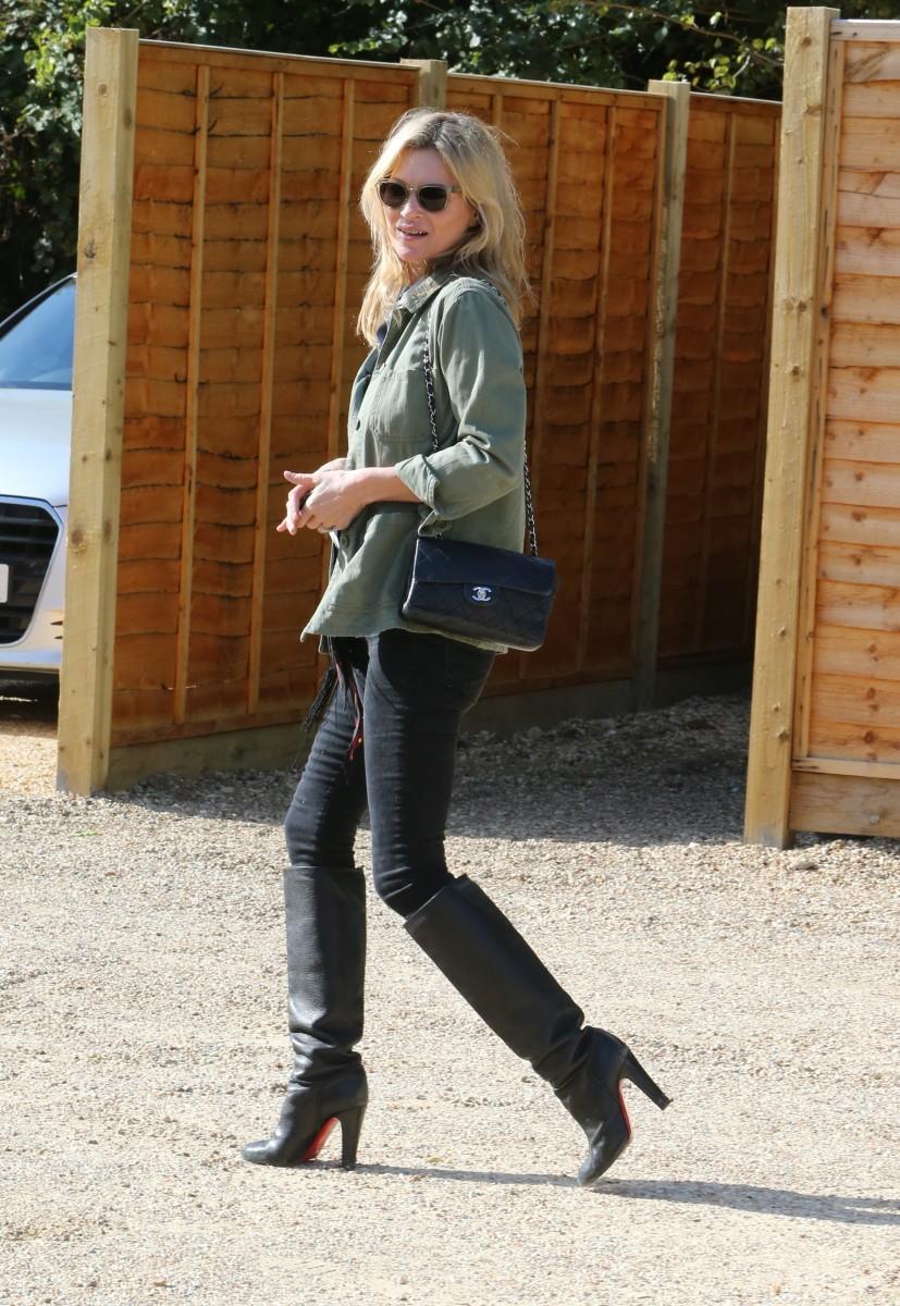 Kate Moss con sobrecamisa de estilo militar.