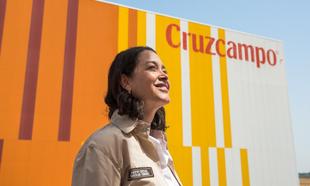Inmaculada Fernández es maestra cervecera de Cruzcampo, donde lleva...