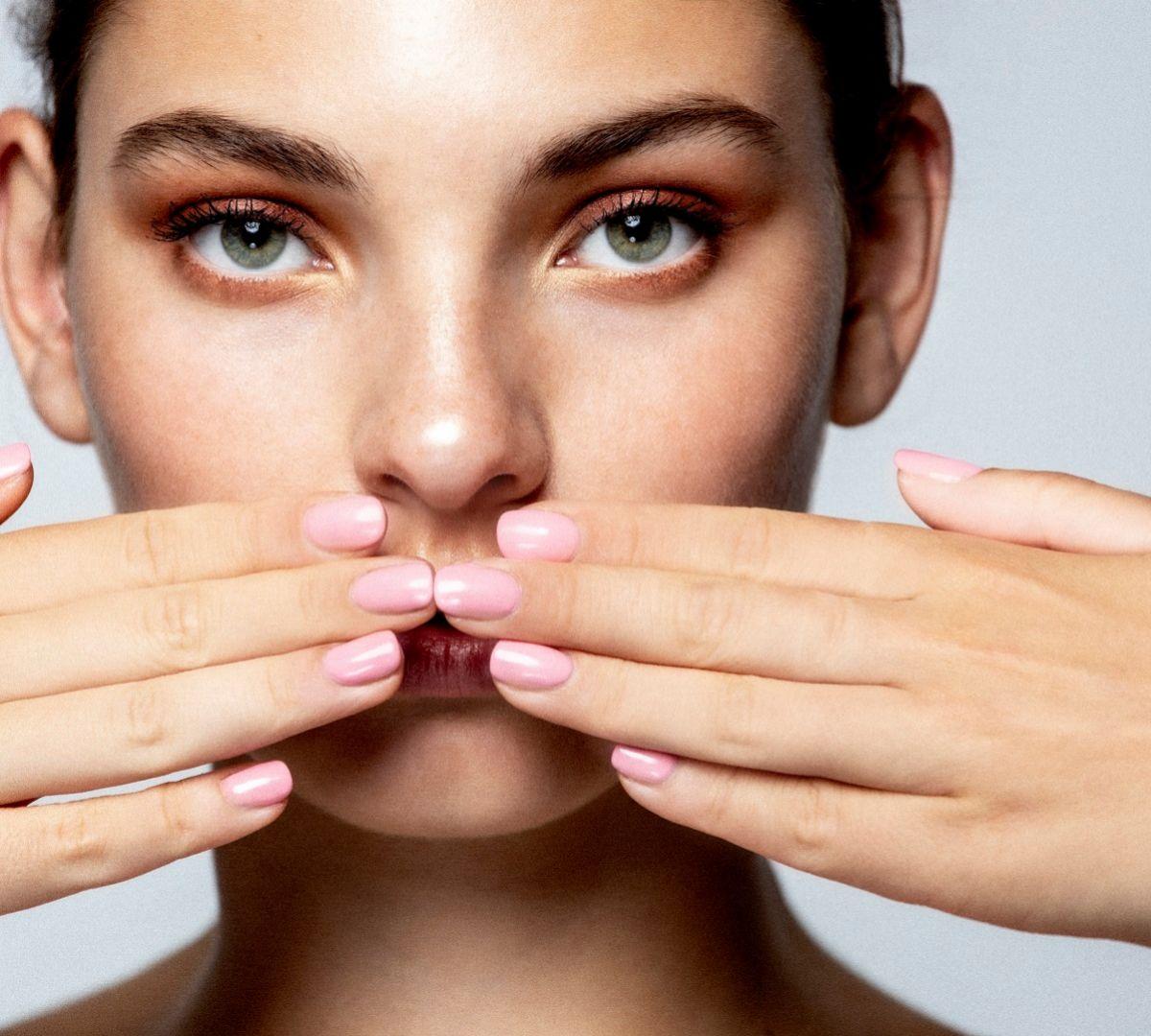 Si tienes tendencia al acné, extrema la limpieza diaria de la piel para prevenir.