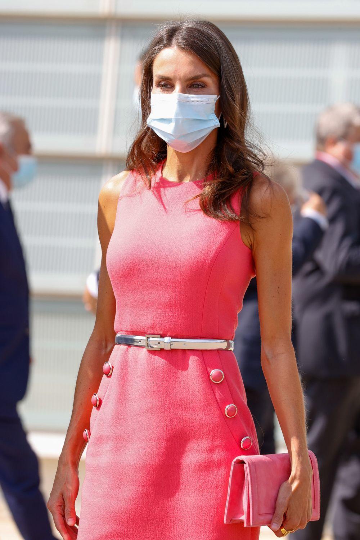 La reina Letizia reciclando el vestido de Michael Kors que lució junto a Melania Trump en la Casa Blanca en Zaragoza con su melena efecto despeinado, suelta y con sus canas.