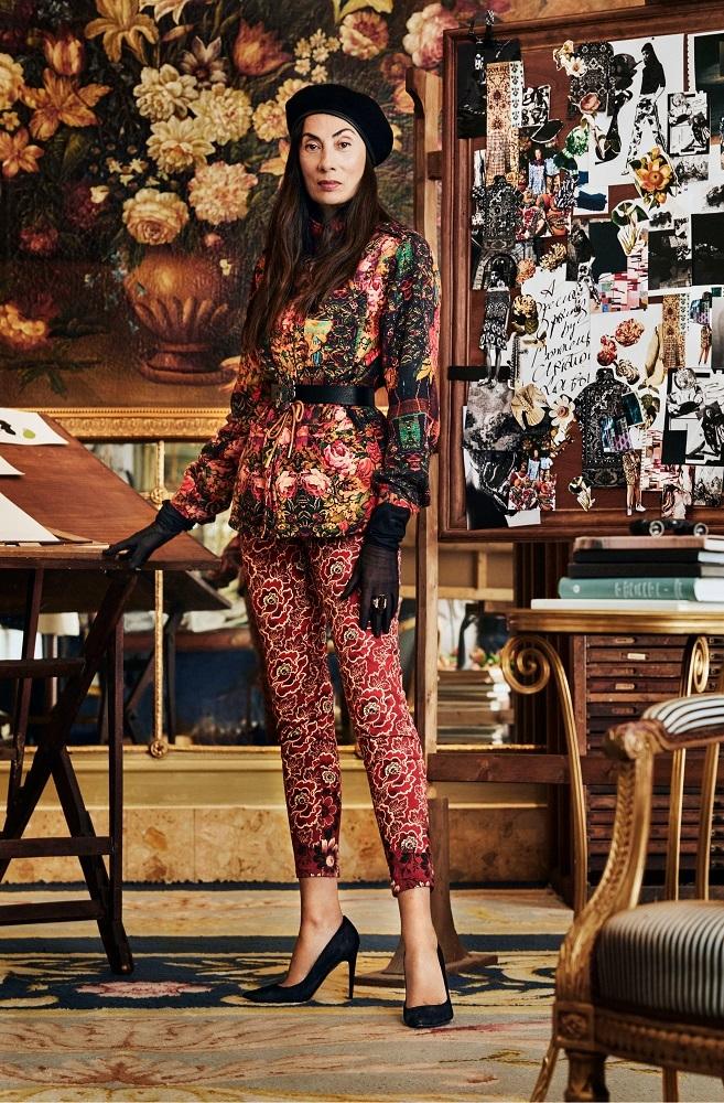 Anh Duong con prendas de la nueva colección de otoño de Desigual y...