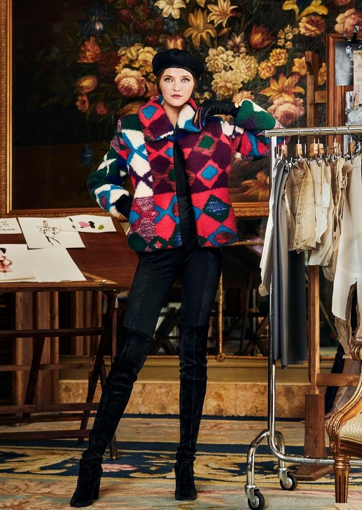 Vlada Roslyakova con la chaqueta de borreguito de la colección...