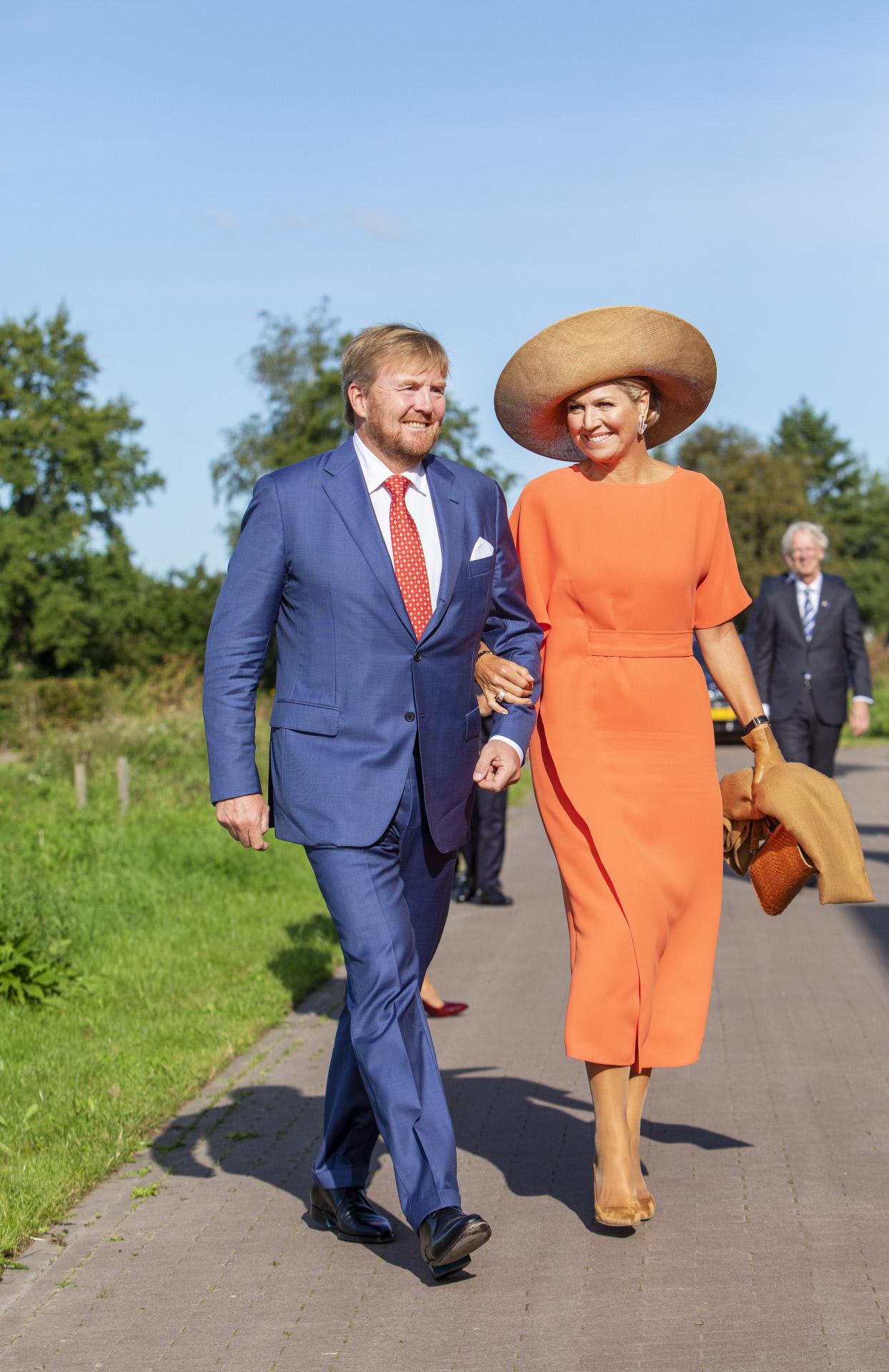 Los reyes de Los Países Bajos, Guillermo y Máxima, en una visita en la región de Frisia Suboriental.