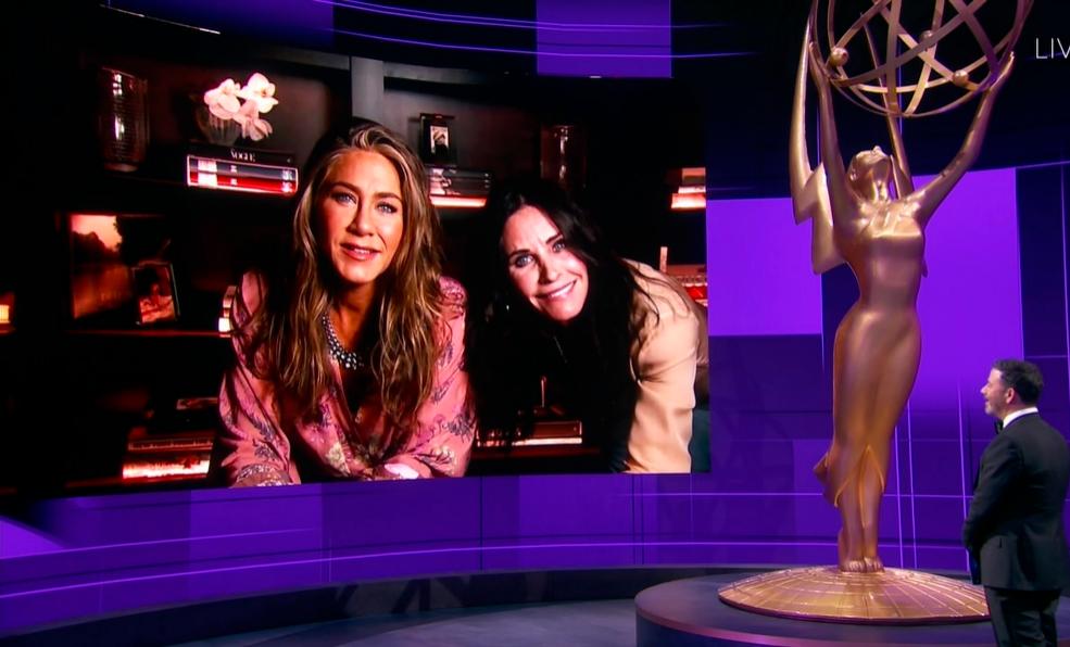 Jennifer Aniston, Courteney Cox y Jimmy Kimmel, en los premios Emmy...