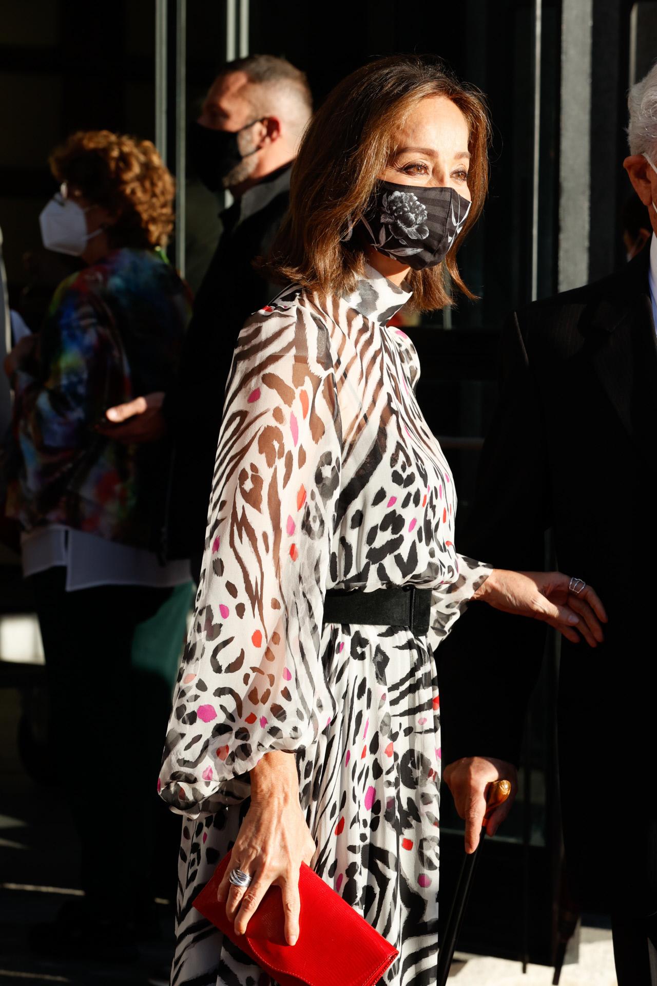 Isabel Preysler con mascarilla Kausi modelo Peonía negro en el Teatro Real de Madrid.