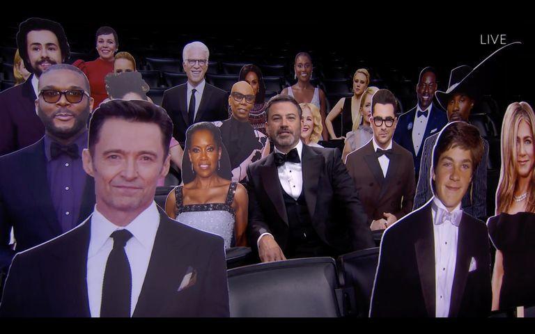 El presentador Jimmy Kimmel, rodeado de diferentes celebrities en cartón durante la gala de los Premios Emmy 2020.