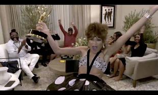 Zendaya celebrando su Premio Emmy a mejor actriz revelación.
