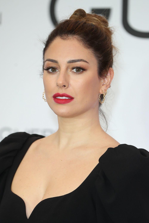 Blanca Suárez con uno de sus maquillajes favoritos: pestañas XXL y labios rojos, un look muy años 50.