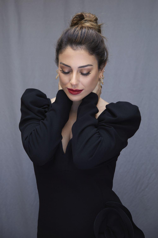 Para dar más dimensión a las pestañas, Blanca Suárez las maquilla con varias capas de máscara e intenta difuminarla hacia las puntas.