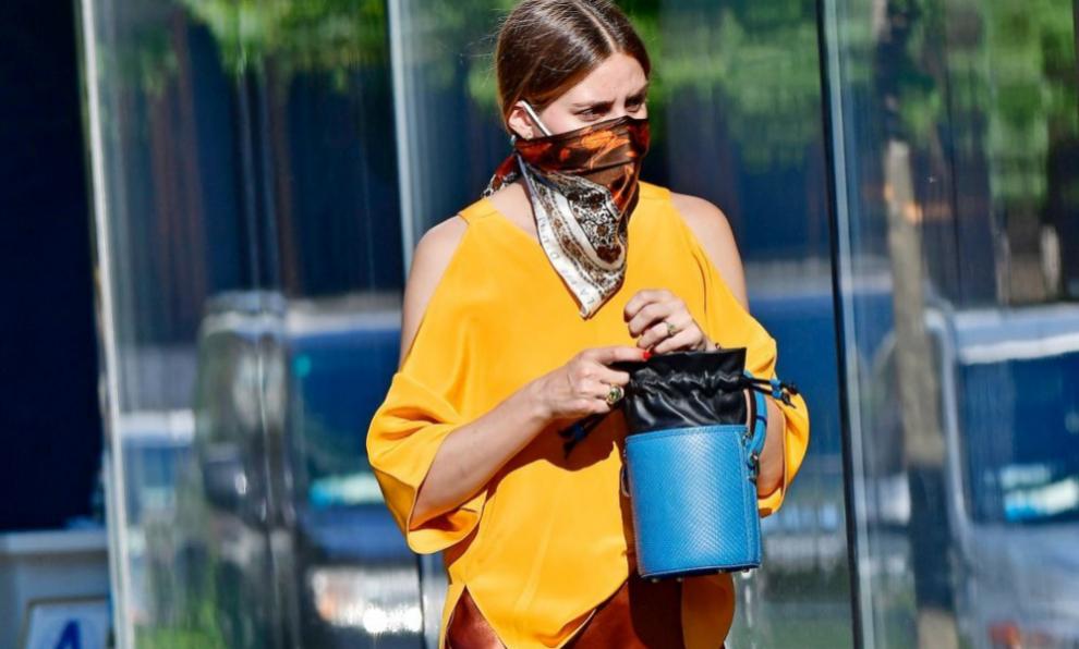 Olivia Palermo con una mascarilla y un pañuelo.