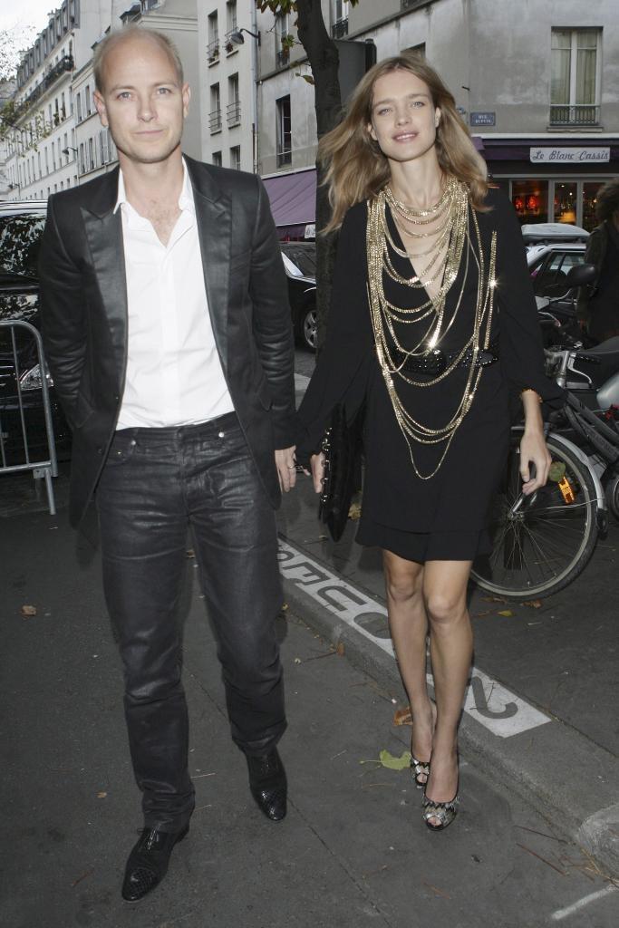 Natalia Vodianova con su primer marido, Justin Portman, durante la semana de la moda en octubre de 2008.