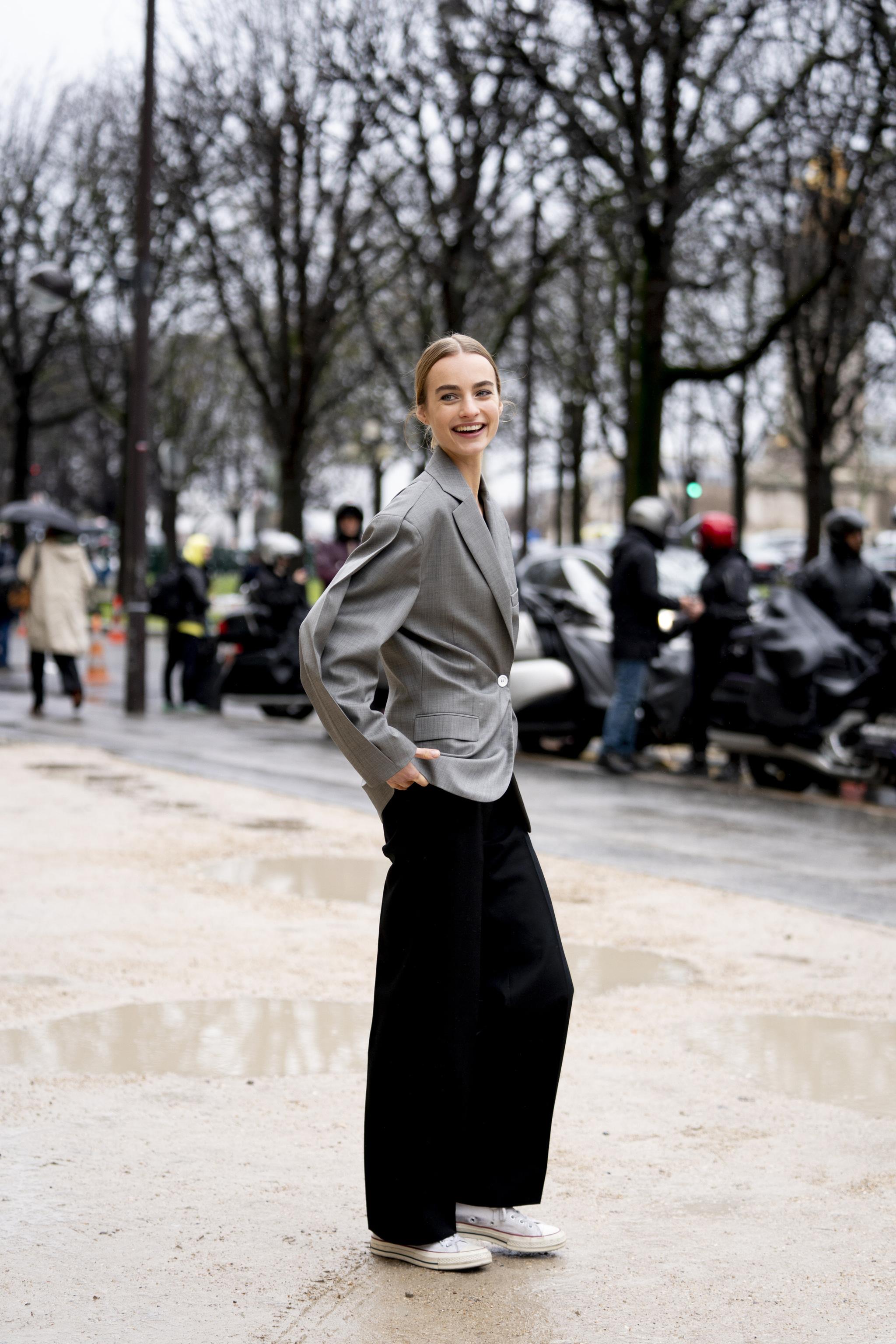 Ligereza de movimiento pantalón y compostura en chaqueta, una fórmula vista durante la última semana de la moda de París