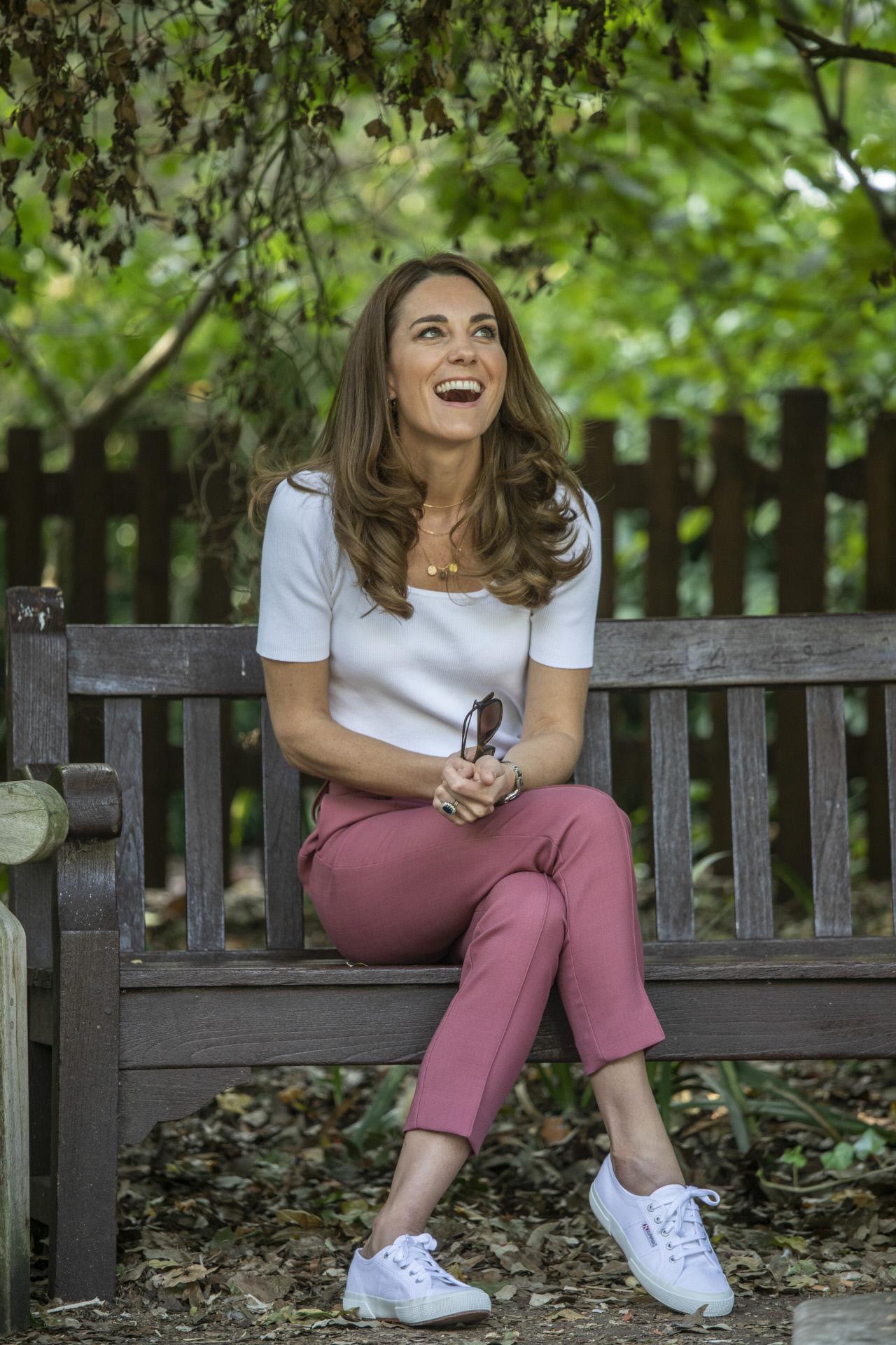 Kate Middleton con camiseta blanca, pantalón de pinzas y unas Superga blancas.