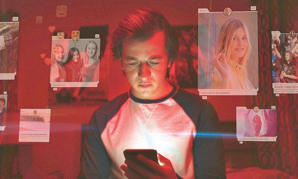 """Uno de los fotogramas de """"The Social Dilemma"""" muestra a un adolescente..."""