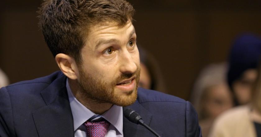Tristan Harris, exdiseñador ético de Google, hablando ante el Congreso de Estados Unidos, en una imagen del documental.