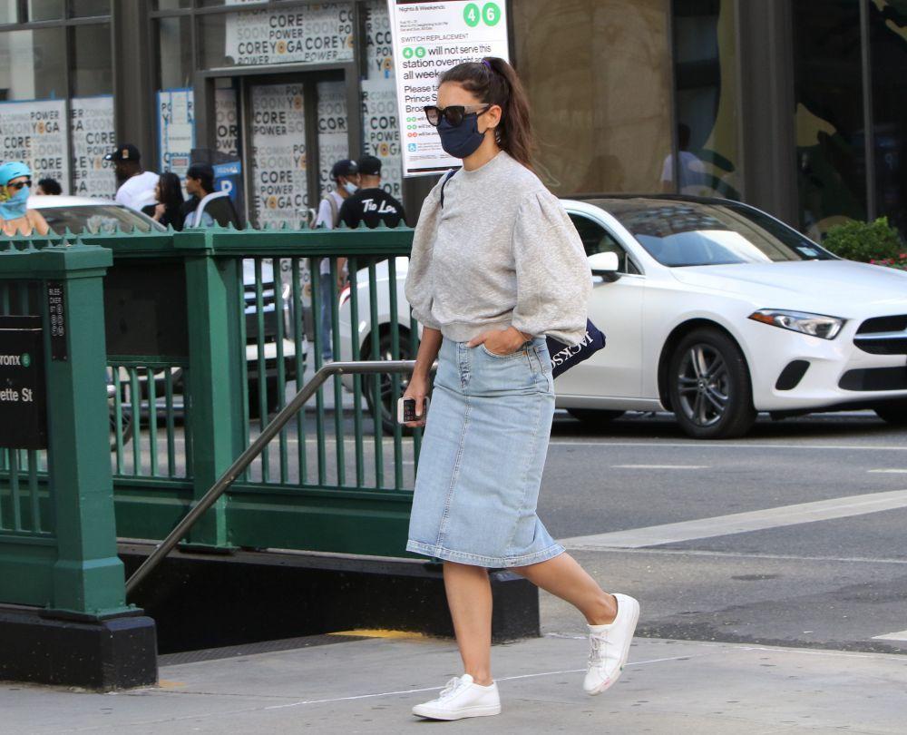 Katie Holmes con falda vaquera y sneakers.