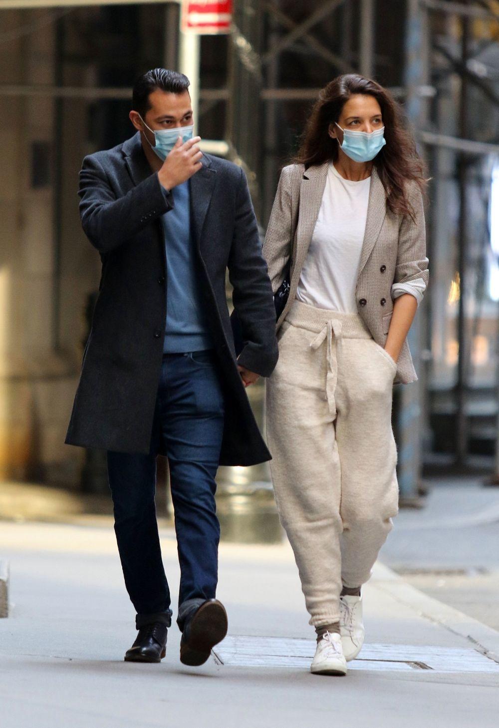 Katie Holmes con pantalones jogging y blazer.