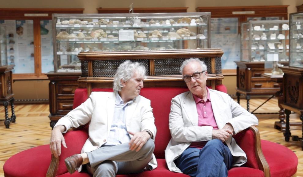 Juan Luis Arsuaga y Juan José Millás en el Museo Geominero de Madrid