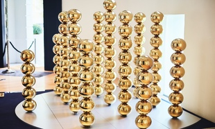 En 2017, La Prairie se asocia con <em>Art Basel</em>, la feria de arte...
