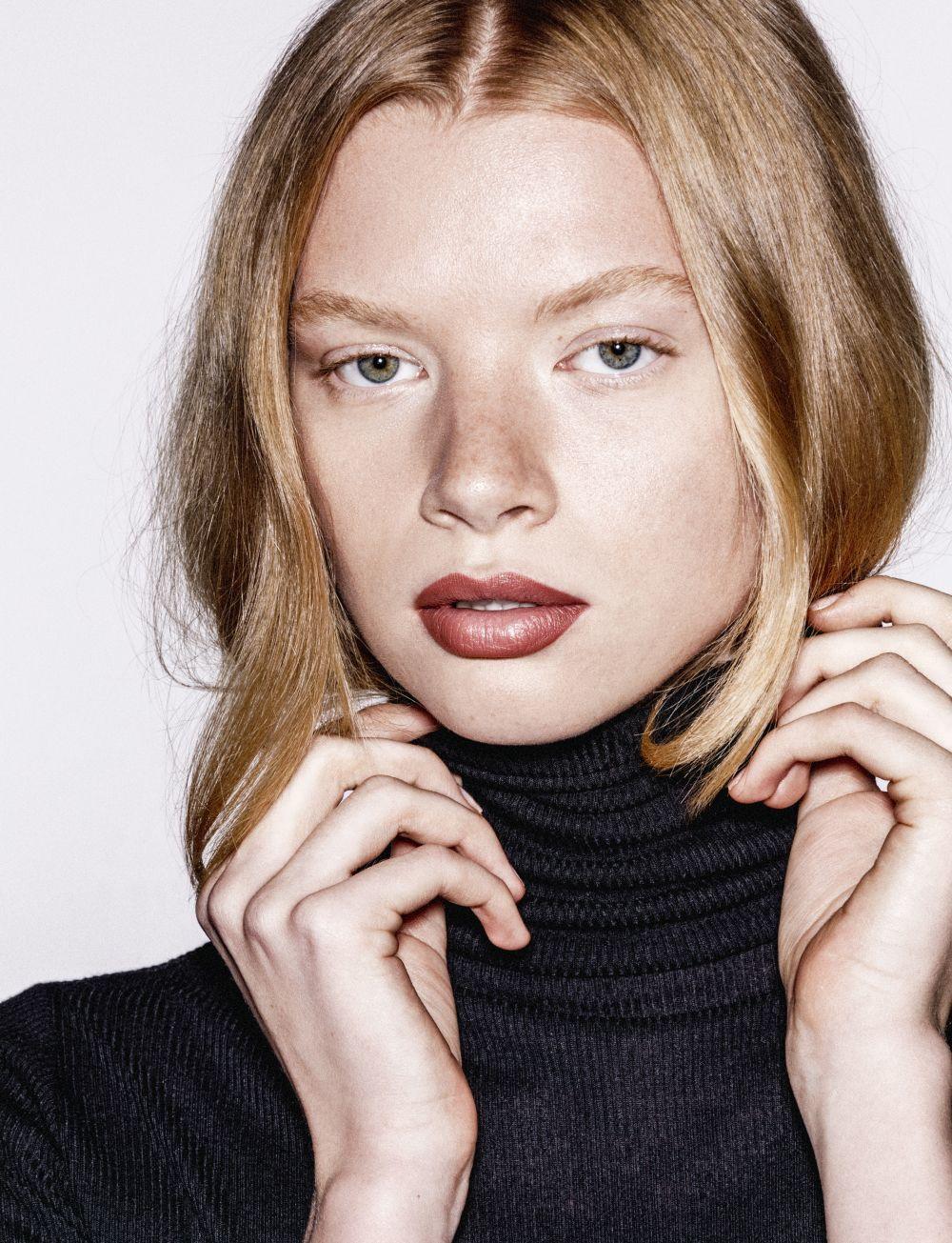 Lo ideal es utilizar el mismo tono de corrector que el de nuestra piel o un tono menos pero no más dos o tres tonos más claro porque marca más el cansancio en esta zona.