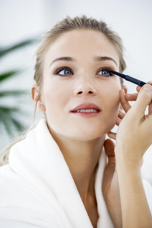 Otro error es maquillarnos los ojos pero no ponernos máscara de pestañas por lo que la mirada queda desnuda e incompleta.