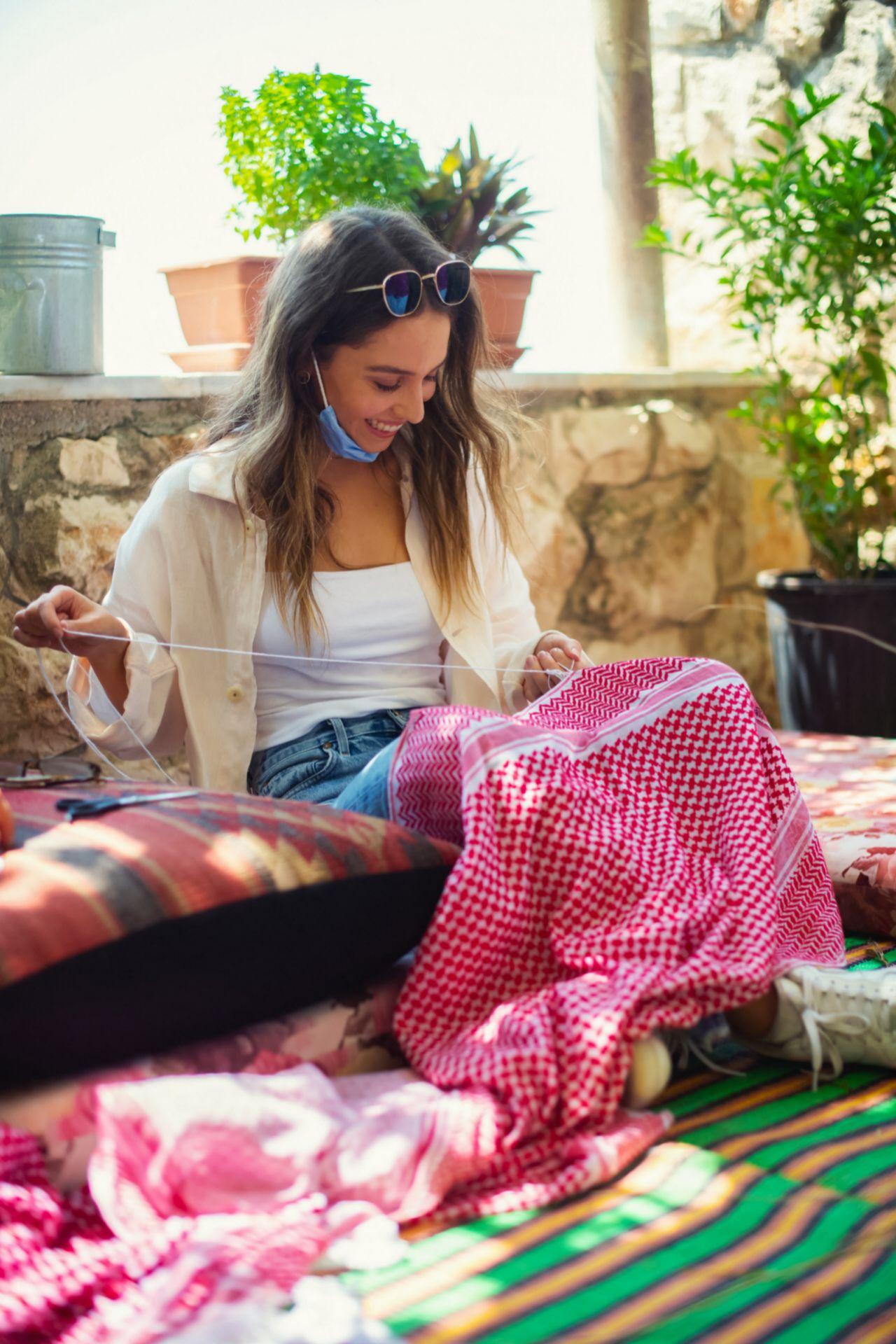 Iman tejiendo el característico pañuelo jordano en Umm Qais.