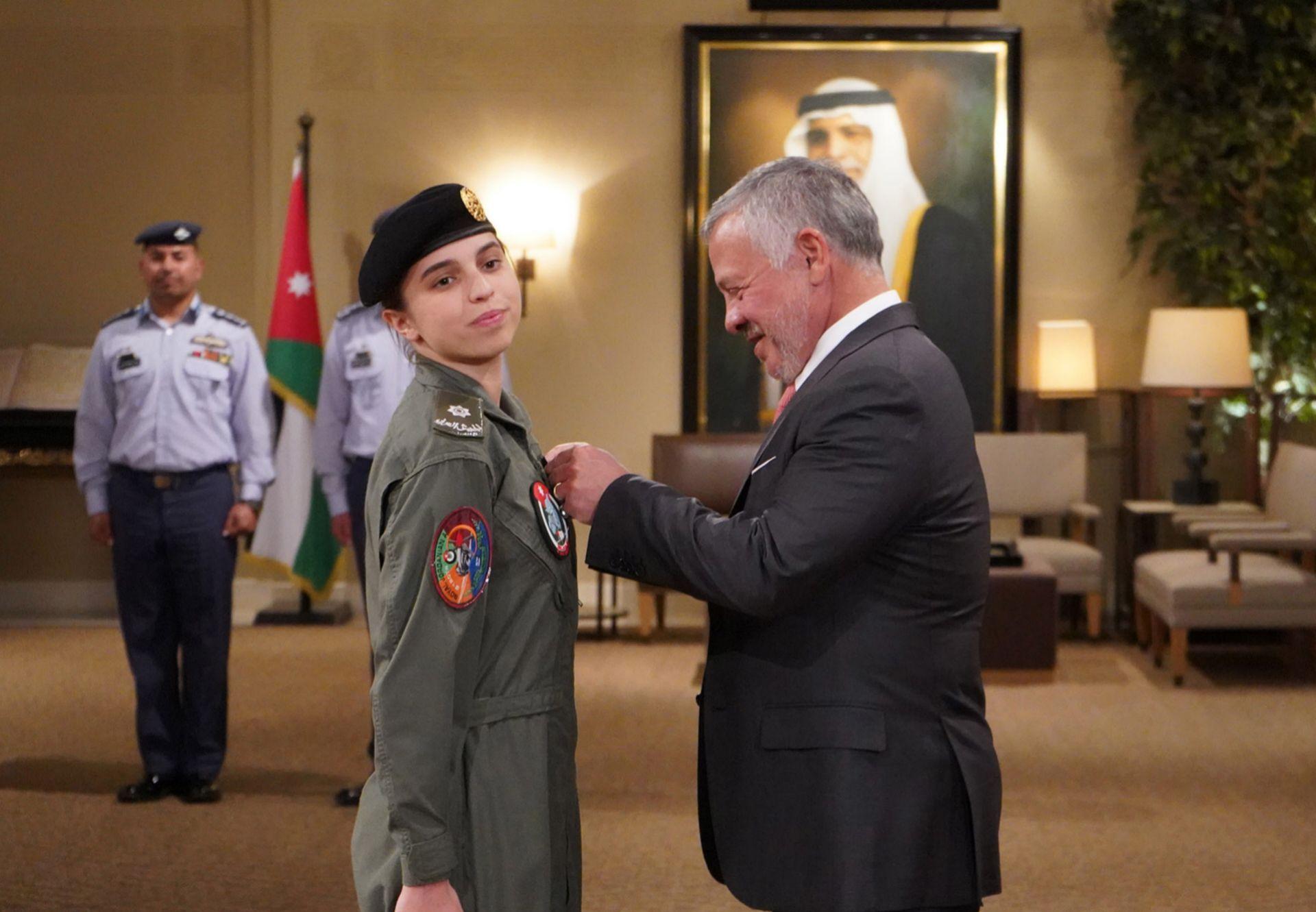 La princesa Salma condecorada por su padre.