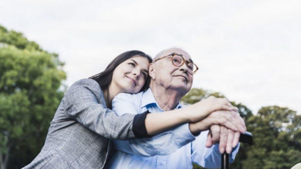 Las personas con un familiar con Alzheimer sufren un gran desgaste...