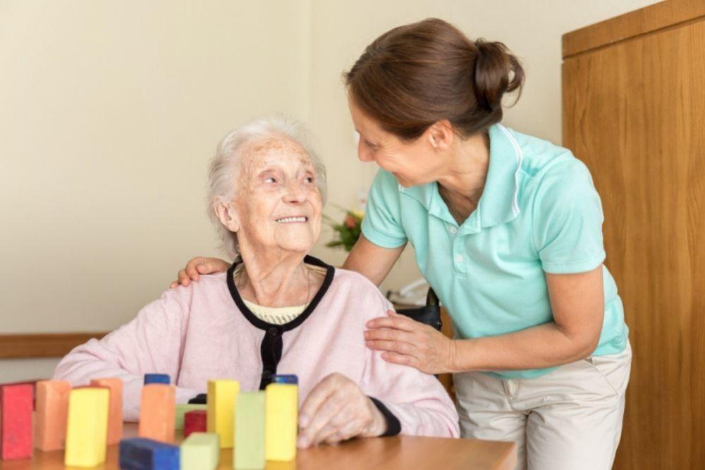 Mantener hábitos cotidianos y el contacto con familiares y cuidadores ayuda a que la enfermedad no se acelere.
