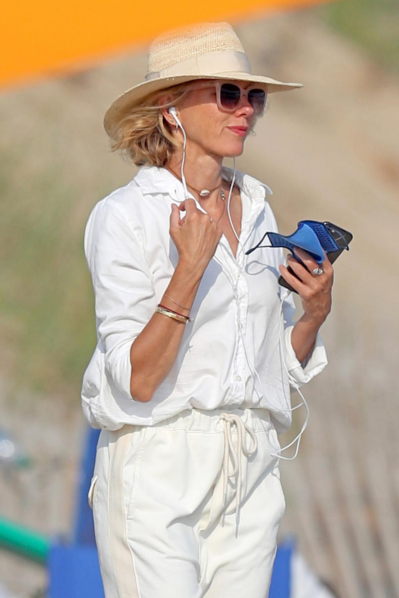 Naomi Watts en la playa este verano.