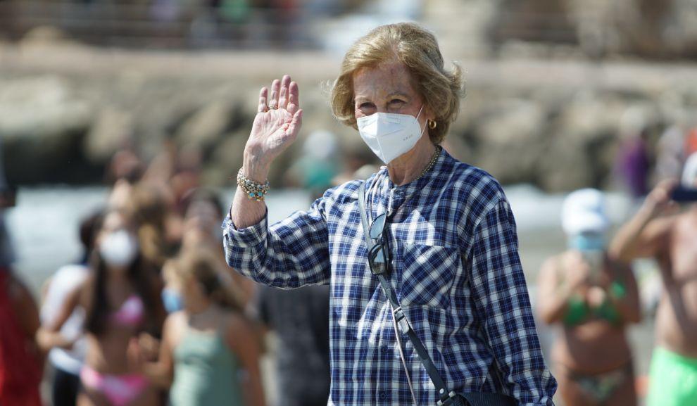 La reina emérita se dispone a recoger basura en la playa de Rincón...