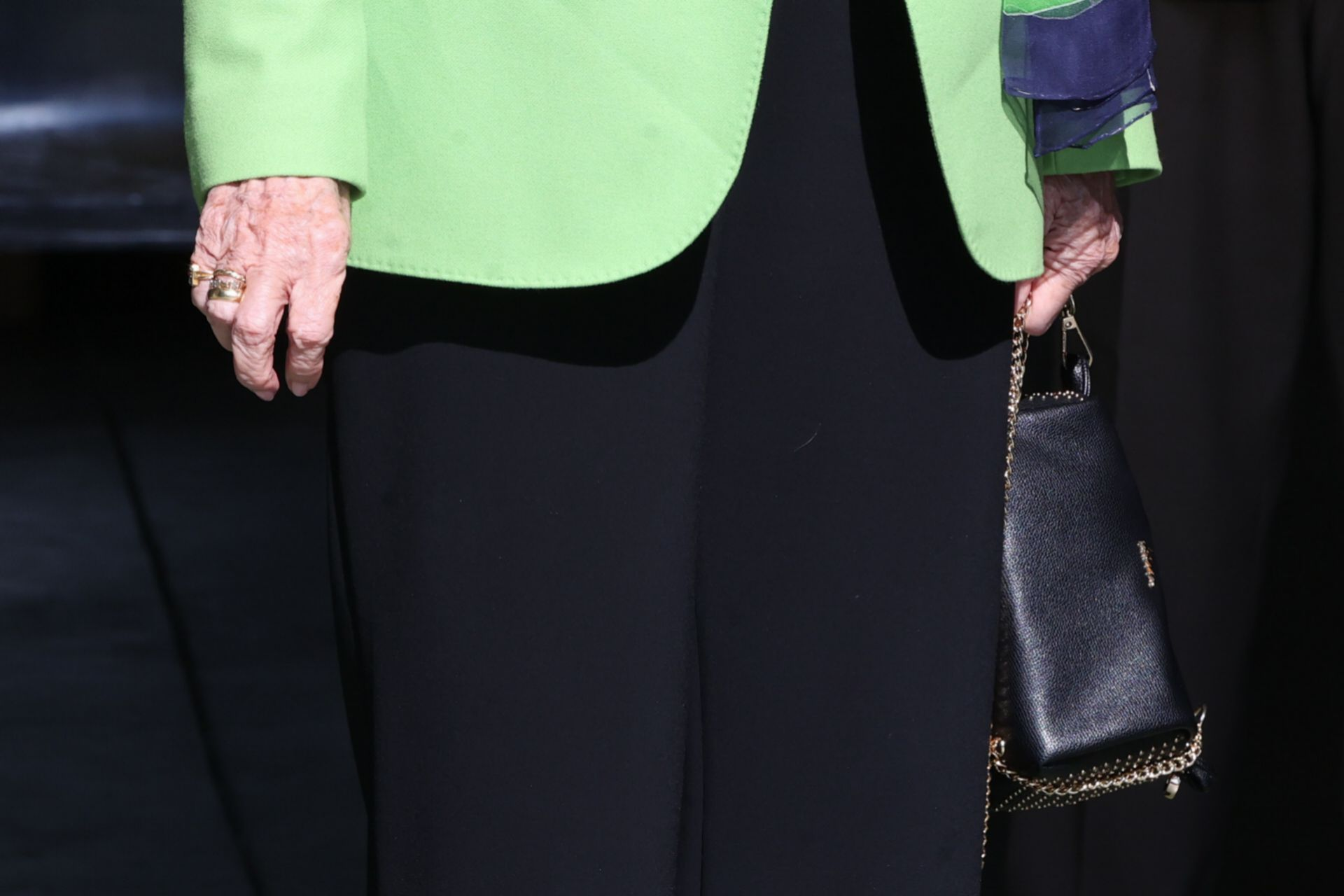 Detalle de las manos de la reina.